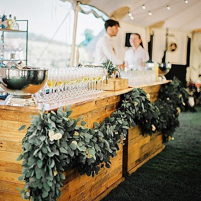 🌧🌥⛅️🌤☀️🍸🙏🏼 Thinking back to sunnier days with this beautiful reception bar by @studiosorores & @papakata ~ **Our summer weekend dates are filling up, get in touch asap for a summer quote** ~ 👨🏻‍💻hello@cockandtailbars.co.uk or ☎️