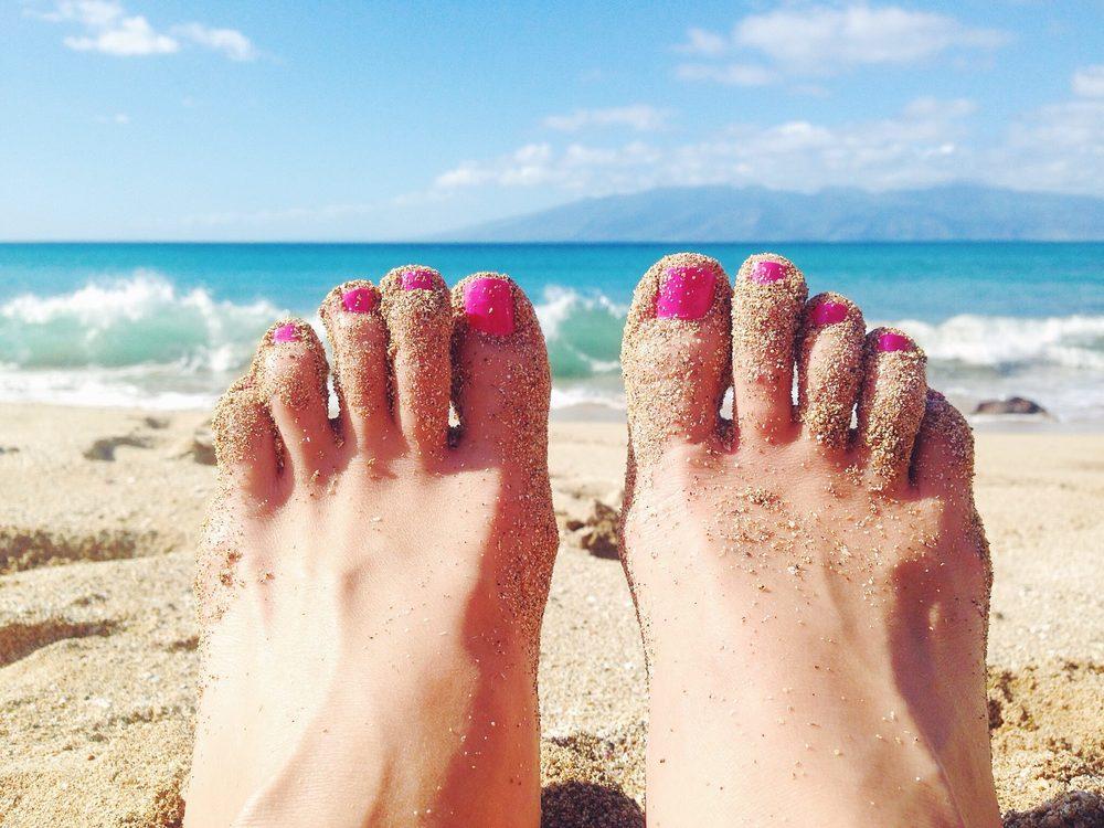 pink-toenails-hawaii-maui-ocean