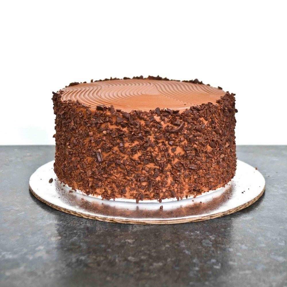 BOLERO Queque de chocolate relleno de caramelo con coco y pecanas cubierto de lustre de chocolate.