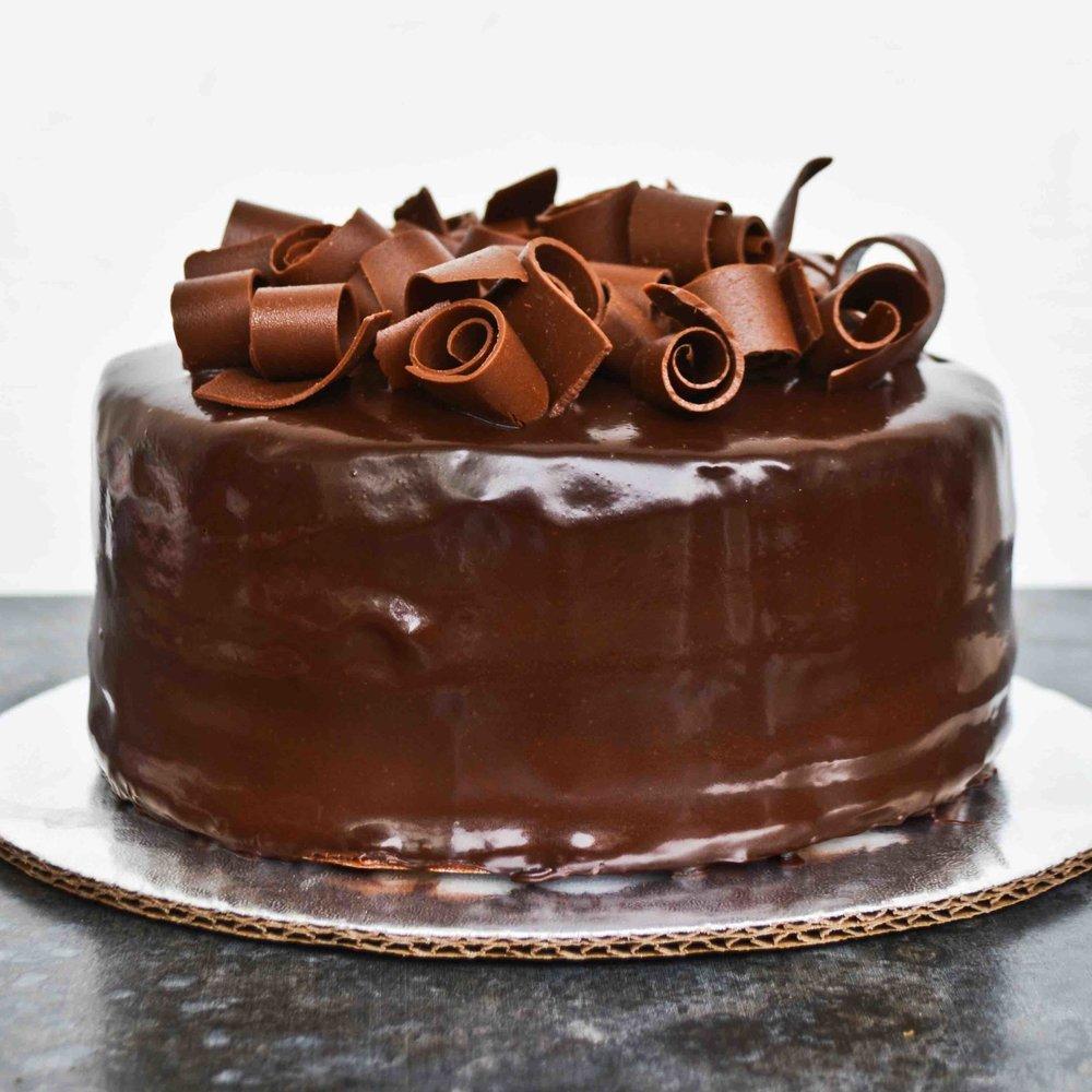 CHOCOLATISIMO Queque de chocolate relleno de mousse de chocolate y glaseado de chocolate.