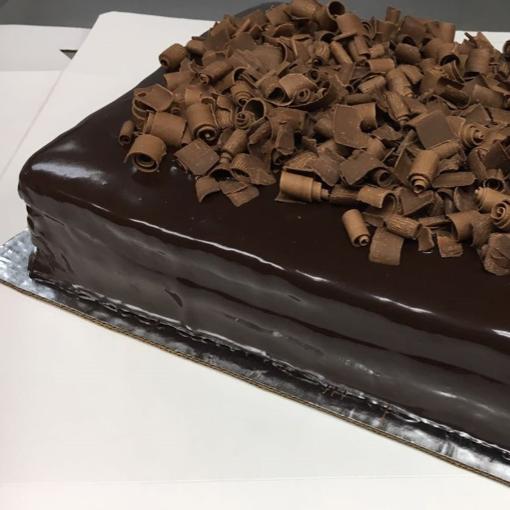 CHOCOLATISIMO CUADRADO Queque de chocolate relleno de mousse de chocolate y glaseado de chocolate.