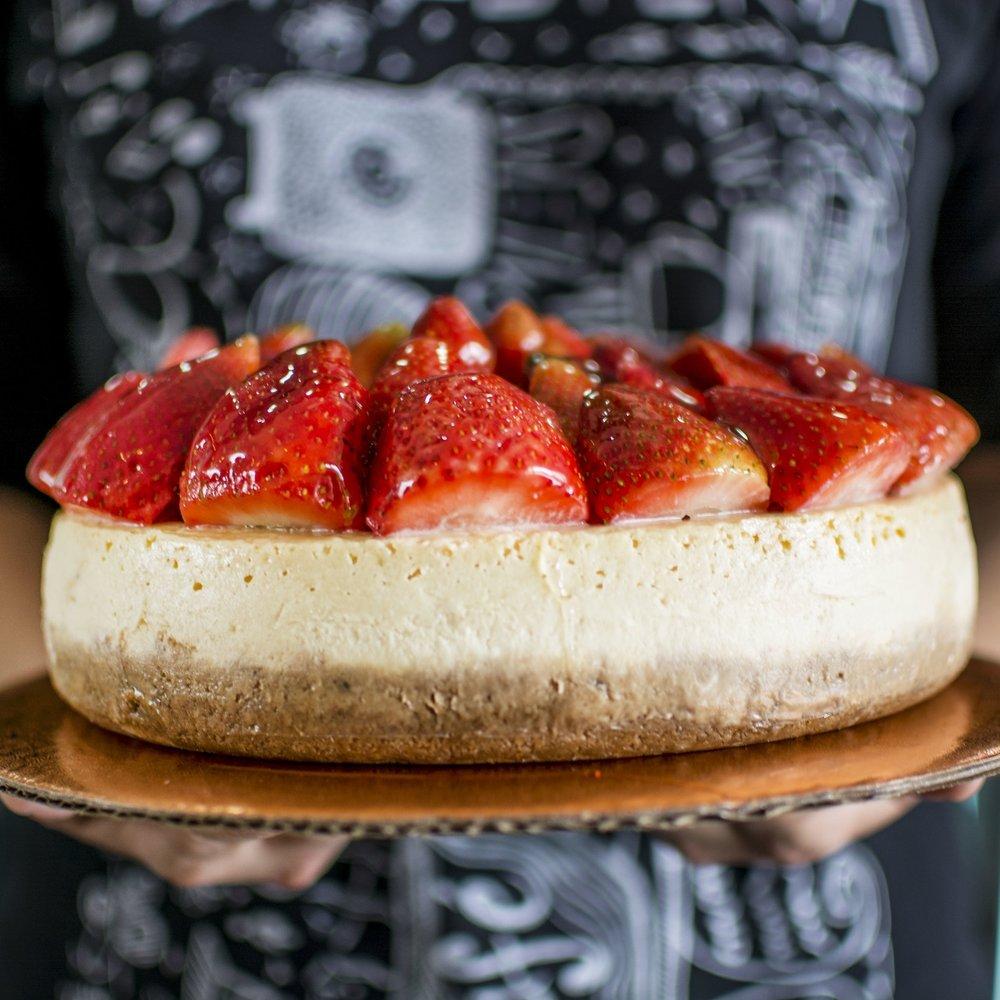 CHEESECAKE Queque de queso horneado con fresas frescas.