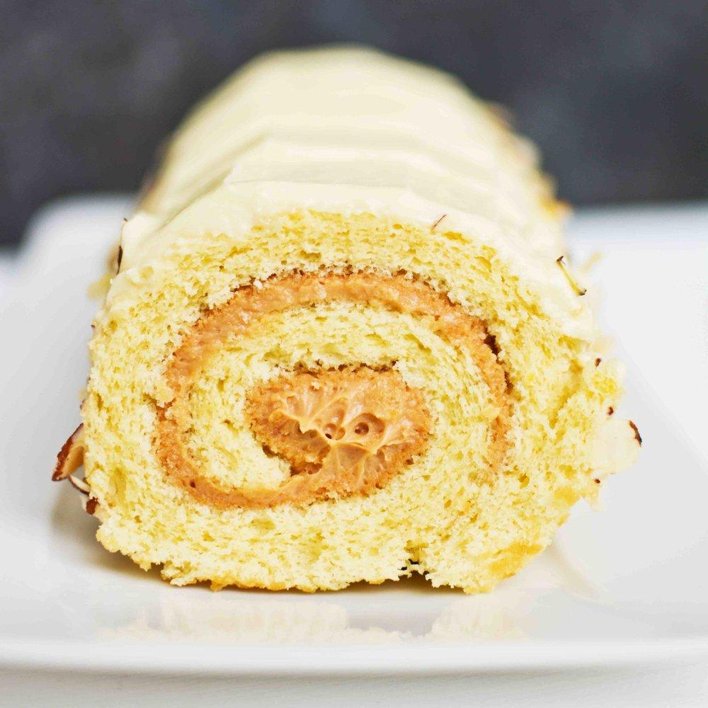 ARROLLADO DE VAINILLA Queque de vainilla relleno de mousse de dulce de leche con cobertura de queso crema.
