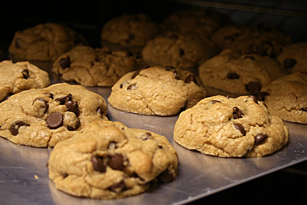 Chocolate_chip_cookies_in_the_oven,_March_2008.jpg