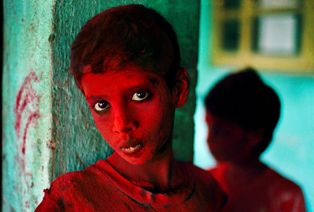 Steve McCurry, INDIA. Mumbai (Bombay). 1996. Red Boy during Holi festival.