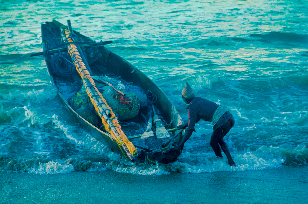 Telugu Fishing Boat Captain Forcrd By Wavbes To Beach The Boat