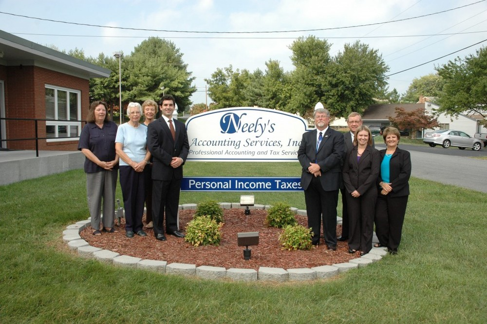 Roanoke-and-Vinton-staff-in-front-of-sign-in-yard-9-20121-1024x680.jpg