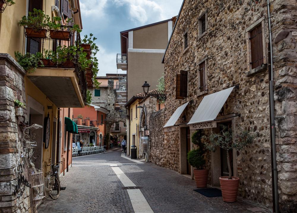 Italy : Veneto : Bardolino backstreets