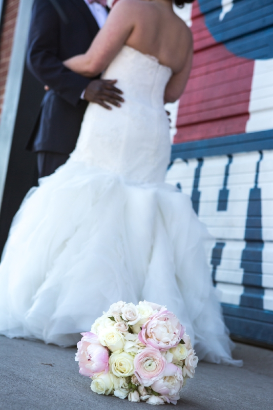 bouquet-and-bride-i-believe-in-Nashville-sign.jpg