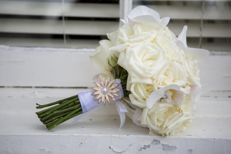 white-roses-wedding-bouquet.jpg