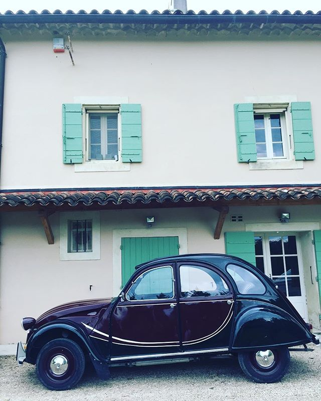 It's all about the details. ⚡️🚙⚡️ @chateaudetourreau - - #chateau #france #citroen #vintagevinyl #vintagecars #frenchwedding #frenchweddingstyle #destinationwedding #americandjinfrance #weddingdj #spinningvinyl #bestjobever