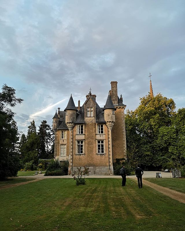 Well, it sure is nice to be back at Château Saint-Julien! . . . . . . . #weddinginfrance #weddingdj #vinyldj #internationalwedding #love #instawedding #franceisintheair #vintagevinyl #vintagevinyllove #bestjobever #frenchweddingstyle #frenchwedding