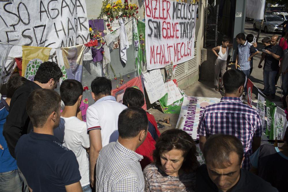 På torget framför Diyarbakris station dödades minst fem personer på fredagskvällen när prokurdiska HDP höll sitt valmöte – ett möte som dränktes i blod. Foto: STEFAN BLADH