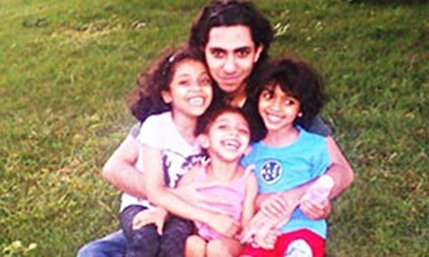 Raif Badawi med sina barn – under lyckligare omständigheter.