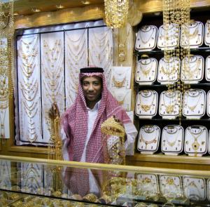 I souken i Riyadh. Försäljare i  ghutra  visar några dyrgripar.Foto: Bitte Hammargren