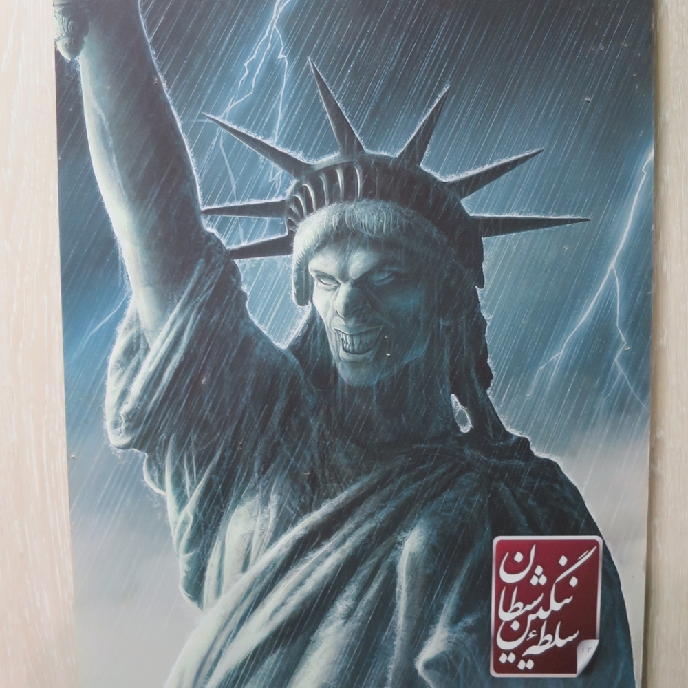 Nidbild av Frihetsgudinnan inne på den ockuperade ambassaden.          Foto: Per Luthander