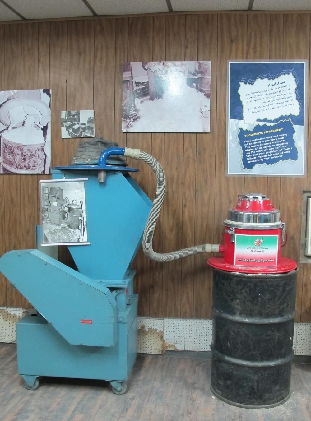 Studenterna som stormade USA:s ambassad i november 1979 hittade bland annat papperstuggare som var i full gång. Pappersremsorna i maskinerna pusslades mödosamt ihop av ockupanterna. Foto: Bitte Hammargren