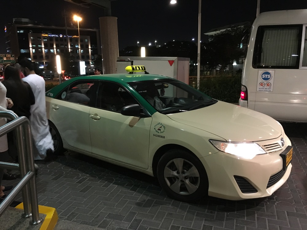 En taxichaufför att lita på är någon som inte somnar vid ratten. Chauffören på bilden klarade det i Dubais nattliv, men det gäller inte för alla hans utarbetade kolleger.            Foto: Bitte Hammargren