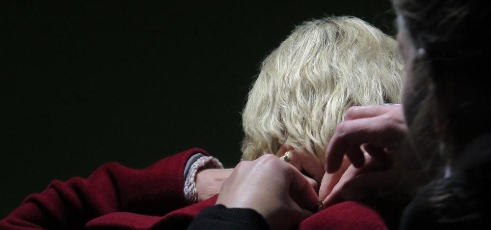 Spontan gest. Utrikesminister Margot Wallström tar av sitt halsband för att ge som gengåva när hon får ett halsbland som present under en rundvandring på ett ungdomscentrum i Jerevan. Foto: Bitte Hammargren