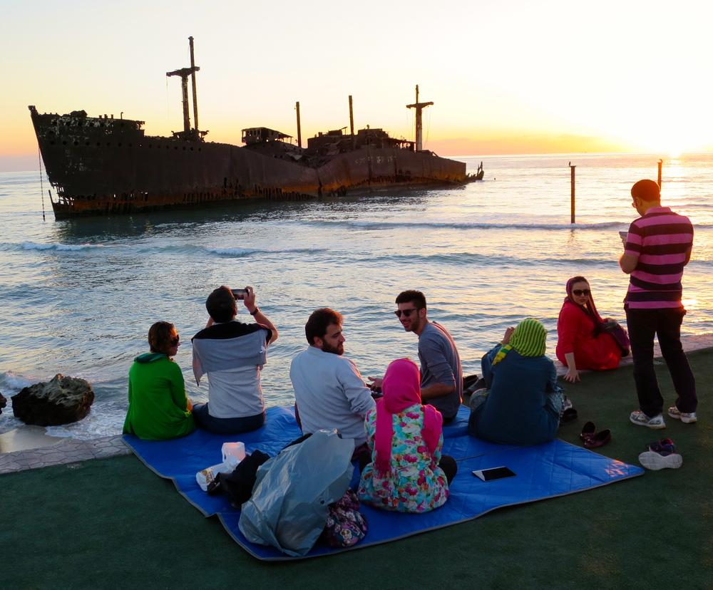 De sociala spelreglerna brukar vara lite friare på ön Kish än på det iranska fastlandet. Ett favorittillhåll för besökare är att samlas vid solnedgången på klipporna framför ett rostigt grekiskt lastfartyg som gick på grund för många år sedan. Foto: Per Luthander