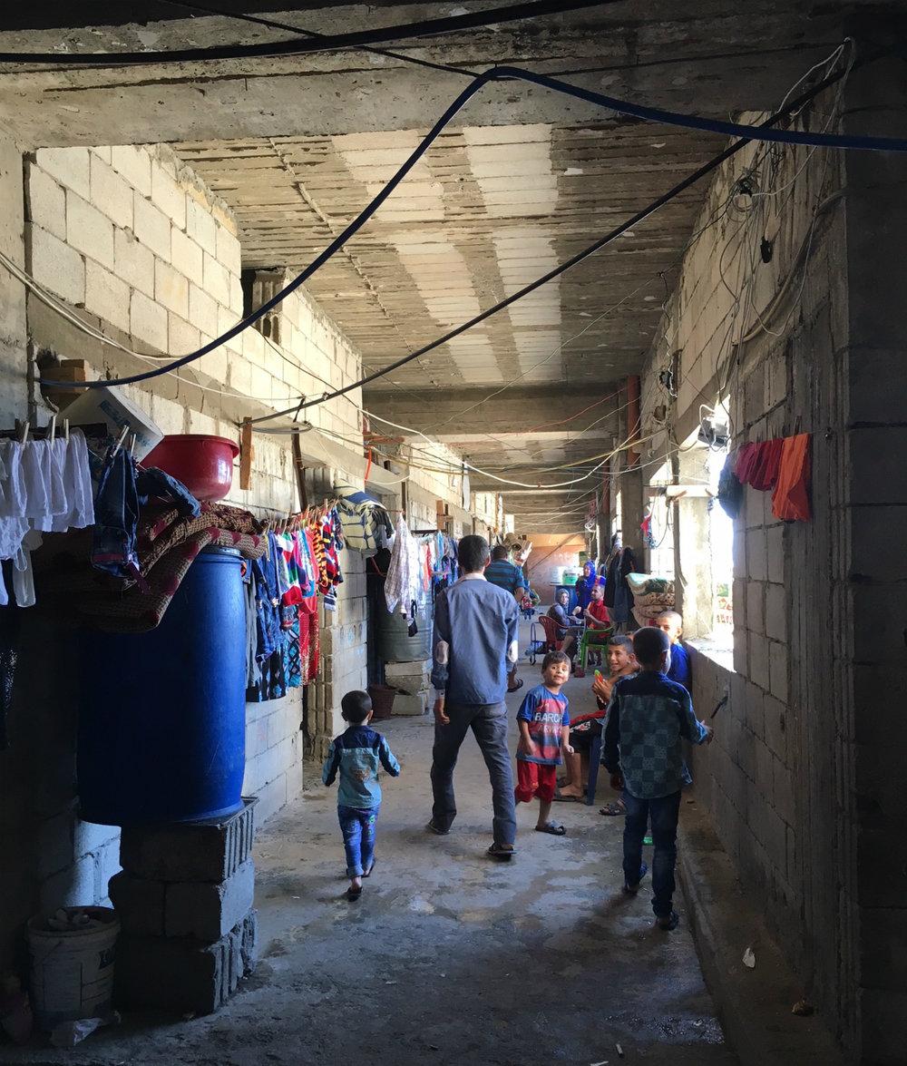 I den råa betongen i det som aldrig blivit färdigbyggda studentbostäder utanför Saida är cirka 1000 syrier inhysta på trånga ytor. I Libanon mer än var fjärde invånare flykting från Syrien. På fem år har befolkningen ökat med ofattbara 30 procent.Läs mer om detta i min artikel: Syriska flyktingkrisen gör Libanon särskilt sårbart.