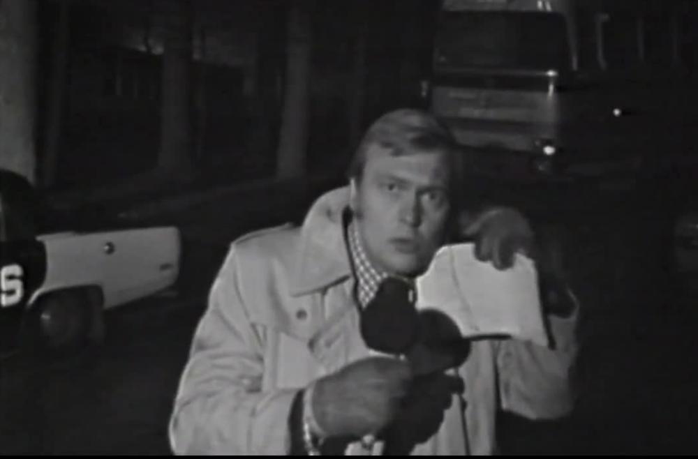 Bo Holmström framför västtyska ambassaden 1975. Foto: Youtube