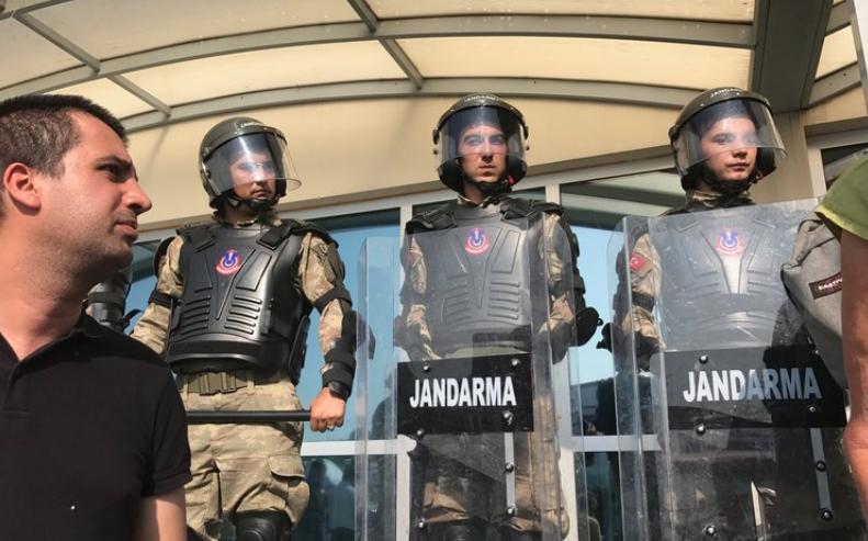 Militärpoliser, Jandarma, utanför Silivrifängelsets rättssal. Foto: Bitte Hammargren