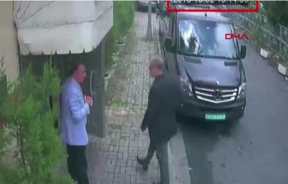 En turkisk övervakningskamera fångade ögonblicket när Jamal Khashoggi klev in på det saudiska generalkonsulatet i Istanbulstadsdelen Levent den 2 oktober i år – den sista bilden av honom i livet.