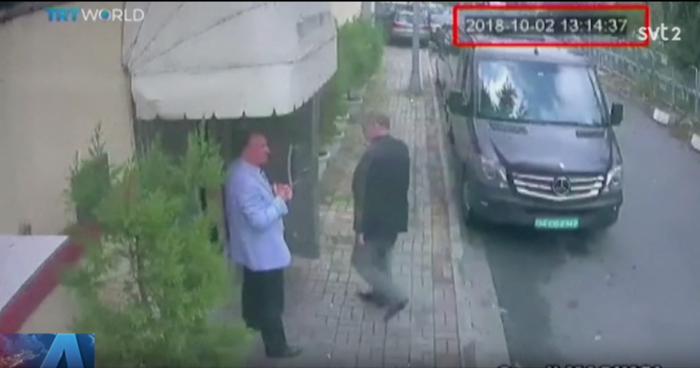 Sista glimten av Jamal Khashoggi, när han gick in på det saudiska konsulatet i Istanbul den 2 oktober 2018. Jag träffade honom några månader tidigare på en konferens i Istanbul. Innan dess intervjuade jag honom i Riyadh i mars 2011. Då hade han ett toppjobb som publicist i sitt hemland, beskyddad av oligarken prins al-Waleed bin Talar. Khashoggi hade då ett flott kontor högst upp i den saudiska huvudstadens landmärke, 99-våningsbyggnaden Kingdom Center. Att en tidigare så högt uppsatt person av allt att döma blivit bestialiskt mördad på sitt hemlands beskickning visar att de härskande har bestämt sig för att tysta alla oliktänkande. Det för tankarna till några av arabvärldens tidigare mest hårdhänta diktatorer – som tillät vissa sociala friheter, men aldrig tillstymmelsen till fritt organiserat civilsamhälle, yttrandefrihet eller rätt att ifrågasätta makten.