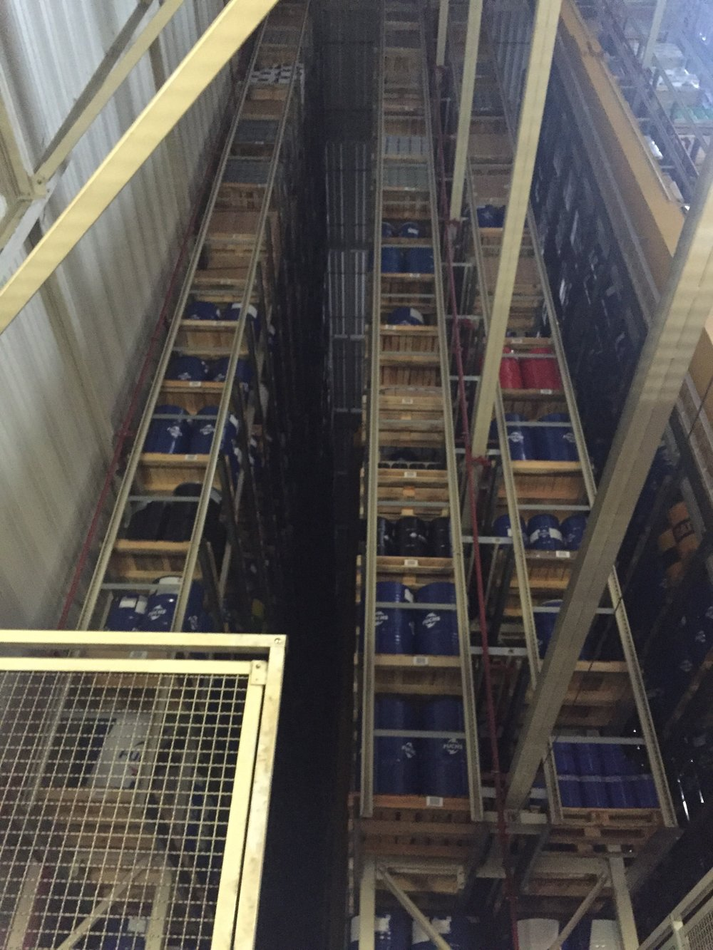 Lagret vi besökte var helt automatiserat. 40 meter högt och rymmer upp till 30 000 pallplatser.