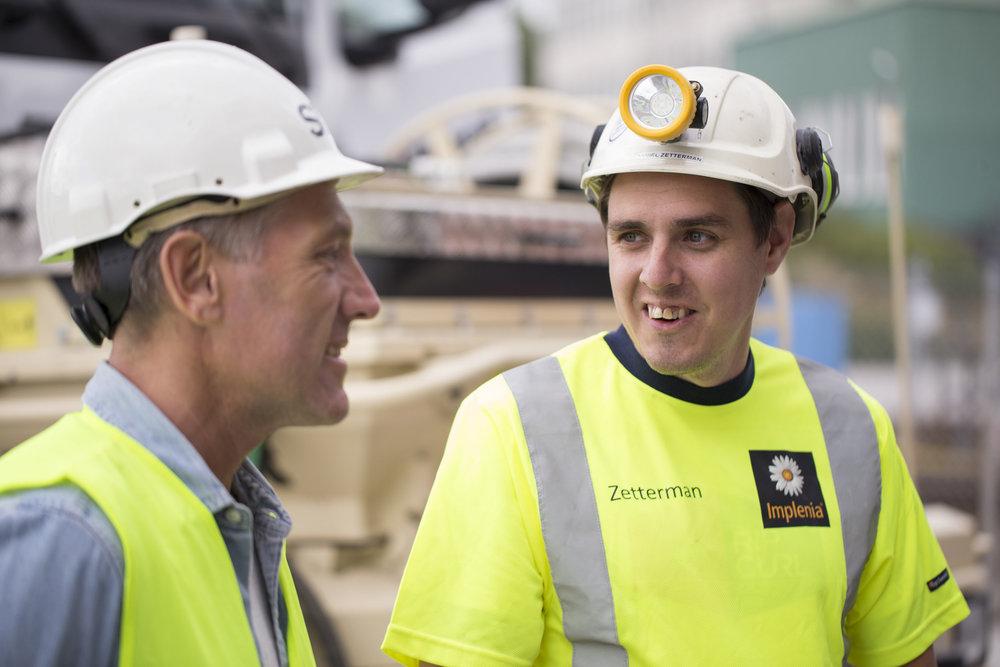 Daniel Zetterman (till höger) jobbar med tunnelkonstruktioner i Getingmidjan.