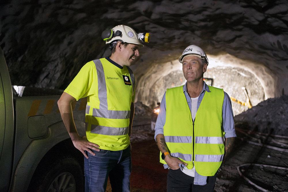 Daniel från Implenia och Tomas från Smörjmedelsdepån stämmer av läget. – Jag är mer än nöjd med samarbetet, säger Daniel Zetterman (till vänster).