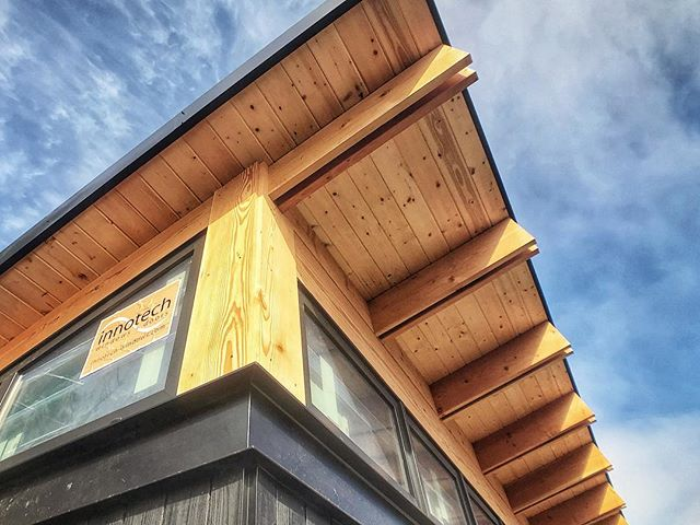 Everything looks better when the Oregon sun comes out! . . . #sunshine #details #butteflyroof #needtopullthestickers #butterflyroof #shousugiban #daylight #design #architecture #custom #exposedframing #buildsmalllivelarge #pnwmodern #customhomes #smallspaceliving #pnwmodern #modernhome #portlandarchitecture #pnwhome #pnwarchitecture #archidaily #dwell #dwellmagazine #oregonhome #1859oregon #graymagazine #portlandmonthly