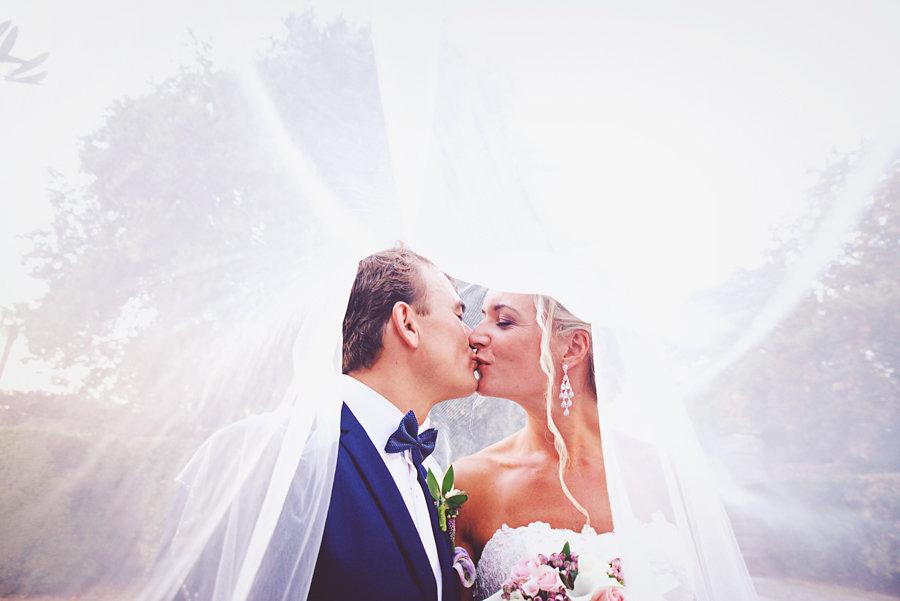 matrimonio norvegesi in toscana    ci è voluto un incontro di 15 minuti per capire che eravamo fatti l'uno per l'altro. lei bella e dolce, lui semplice ed allo stesso momento affascinante. e noi semplicemente noi. abbiamo capito subito che sarebbe stato un matrimonio pieno di emozioni, cosi come abbiamo capito fin da subito che saremmo stati noi a catturare quelle emozioni. linn e hakon,   bellissima coppia di norvegesi     ci hanno dato fiducia e questa è la loro storia, la loro giornata di matrimonio celebrata in una bellissima villa a camigliano.