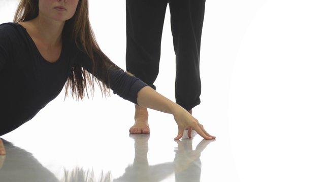 Ever After - KompaniTO (NO)Gjennom dans, sirkus og fysisk teater viser to unge kvinner hvordan et vennskapsforhold kan ødelegges i jakten på egen suksess. Forestillingen er et samarbeid mellom KompaniTO og Cauda.Billetter: 150,–/100,–Passer for ungdom og voksneLør 2. sept kl 19.00