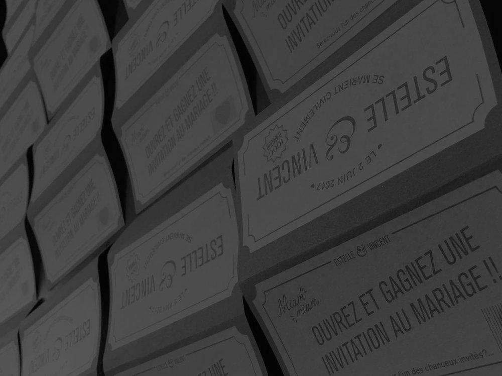 Impression à plat - L'impression à plat se réfère à l'impression sur n'importe quelle surface, généralement du papier. Nous sommes actifs dans l'édition d'art, la sérigraphie d'affiches et nous sommes en mesure d'imprimer sur un vaste choix de papier, carton, autocollant, bois, etc...Ainsi que de fournir des encres spéciales ou des couleurs basées sur une référence Pantone.