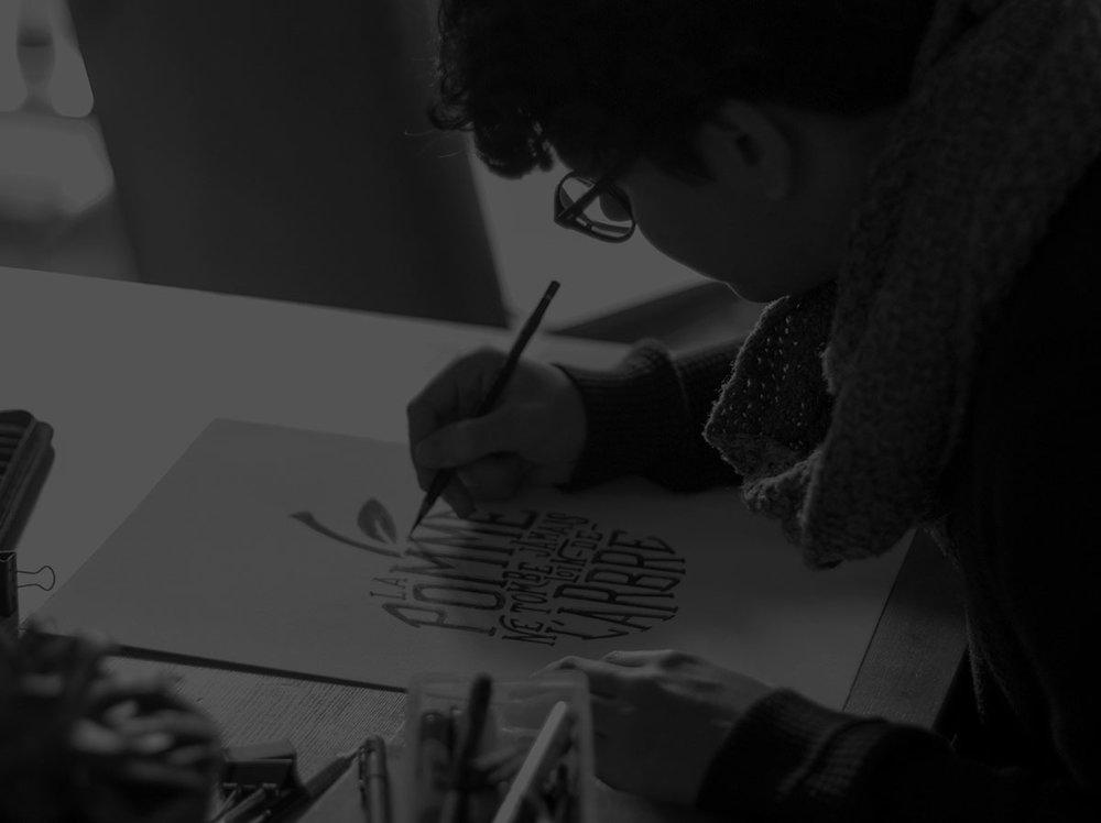 Illustration & graphisme - Nous concevons des illustrations et des typographies originales pour textiles, affiches, articles promotionnels et bien plus encore. Nous sommes également en mesure de prêter main forte à la création de logos, d'identités visuelles et fournir une direction artistique pour vos projets.