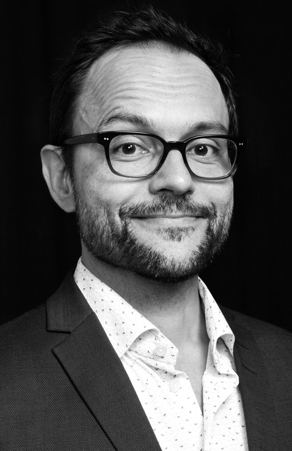 """Peter Sloth Madsen - Stifter Instruktør, proceskonsulent og konceptudviklerPeter udvikler og faciliterer workshops indenfor kommunikation, kreativitet og innovation.Med over 15 års erfaring med at designe og lede processer og undervise meget forskellige målgrupper gennem kreative metoder, har Peter en særlig indsigt i krydsfeltet mellem eksperimentelle metoder og organisatorisk læring. Med en god fornemmelse for """"den tilpasse forstyrrelse"""", der skaber nye erkendelser i det respektfulde møde mellem organisationens præmisser og de valgte metoder. Redskaber fra improvisation og designtænkning anvendes bla. til at sætte fokus på kommunikation og ideudvikling.Som Cand.IT og certificeret Scrum Master (PSM I) har Peter bred indsigt i og erfaring med digitale processer. Herunder design af de rette brugerinddragelsesmetoder og DEMO forløb i agile projekter.TVÆRFAGLIG BAGGRUND- Cand.IT / MSc. Designtænkning, læringsdesign og organisationsudvikling- Copenhagen Business SchoolLedelse, cross-cultural management- Dramaturg, AAU- Scenekunstner, BA, NTA, Norge- Procesledelses-konsulent, exam, Copenhagen Coaching Center- Erhvervsinnovatør, exam. DPU- Innovationskonsulent, diplom exam- Professional Scrum Master I (PSM I)Kompetencer: kommunikationstræning, foredragsholder, præsentationstræning, """"tolk"""" mellem teori og praksis, undervisning, innovations-ledelse, aktions-forskning, design-thinking, co-design, forandringsledelse, design af digitale og analoge participatoriske læringsprocesser.ReferencerLinkedin-profil"""