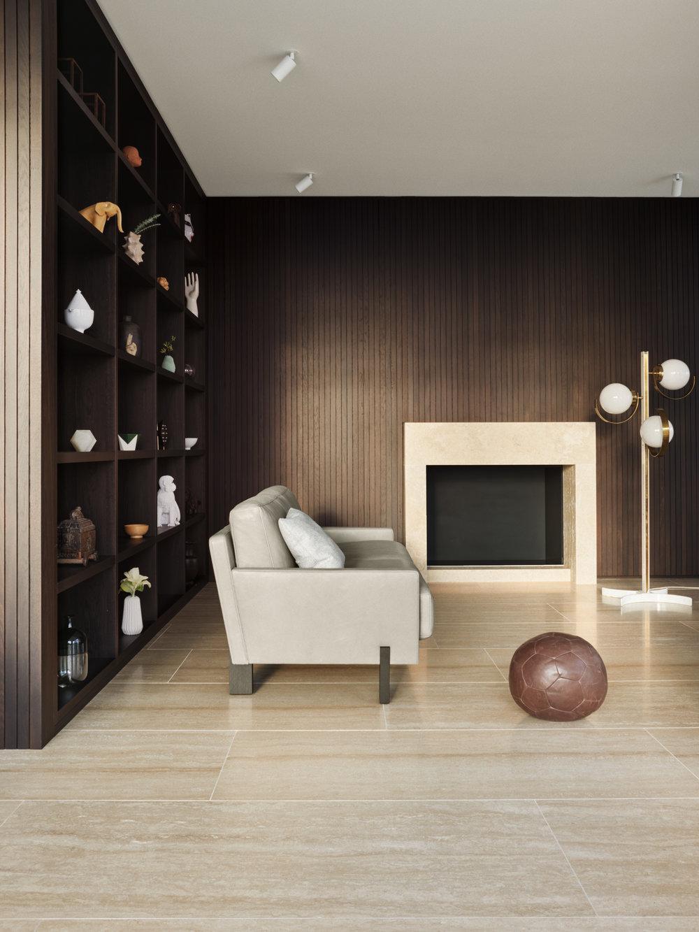 de Sede DS-77 - Designer Stephan Hürlemann hat mit dem Modell DS-77 eine altvertraute Sofa-Typologie in die Gegenwart geholt. DS-77 ist eine komplette Familie, die als einladender Sessel, klassisches Sofa oder als Loungesofa in Erscheinung tritt, wahlweise mit kurzer oder ausladender Sitztiefe. Die nachvollziehbare Architektur und die modernen Proportionen prägen beim DS-77 den Ausdruck souveräner Gelassenheit.
