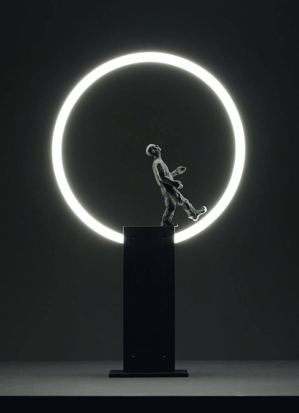 Die spielerisch poetische Lichtskulptur  HOP  vereint traditionelles Bronzehandwerk mit der modernen Technologie der Leuchtstoffröhre.