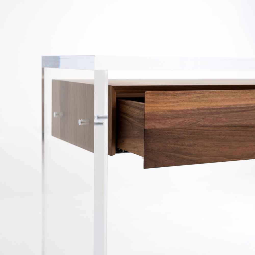 Im Bild: LUX Konsole mit Schublade aus Nussbaum