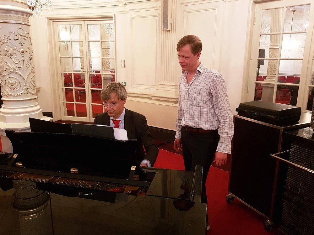 Maarten Feteris en Mauritz Kop voordat zij Ave Maria van J.S. Bach speelden in een arrangement van Gounod voor piano en besklarinet.