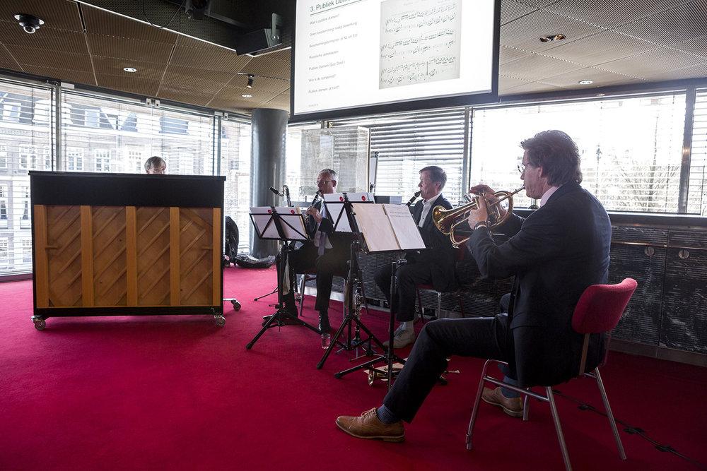 CPO Ensemble: een ad hoc orkestje met een ongelooflijke staat van dienst. Theo Wolters (Concertgebouworkest) op trompet en bugel, Maarten Feteris (Hoge Raad) op piano, Roger Niese (Philharmonie Zuid-Nederland) op besklarinet en basklarinet, Mauritz Kop (MusicaJuridica) op besklarinet, esklarinet en piano.