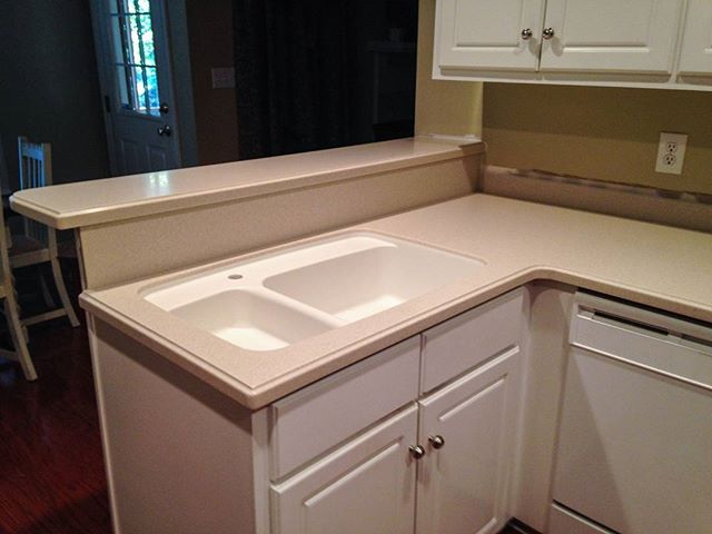 With solid surface, it's easy to customize your space. This homeowner chose Corian color Aurora with an integrated sink in Cameo White. #ChooseCorian #Corian #solidsurface #solidsurfacecountertops #kitchencountertop