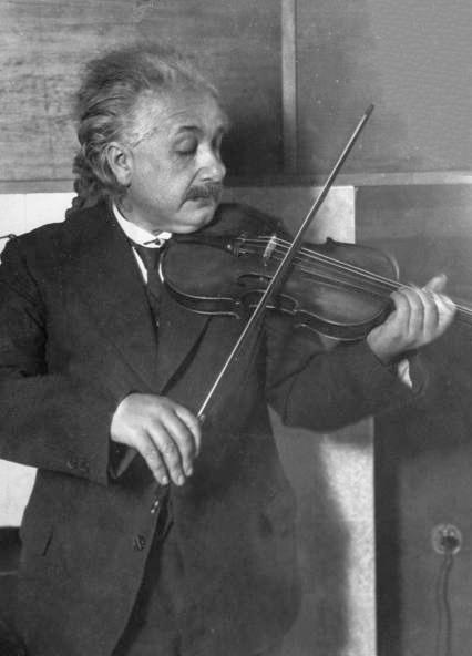 Albert Einstein tocando violino. E. O. Hoppé, 1921.