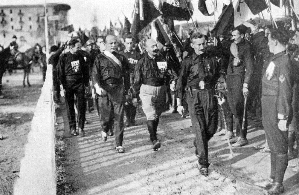 Marcha em Roma. Benito Mussolini e os camisa negras, 1922.