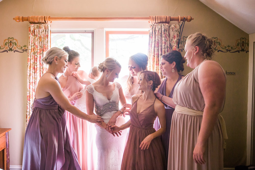 bend oregon wedding photographer valentia productions bride and bridesmaids getting ready photos