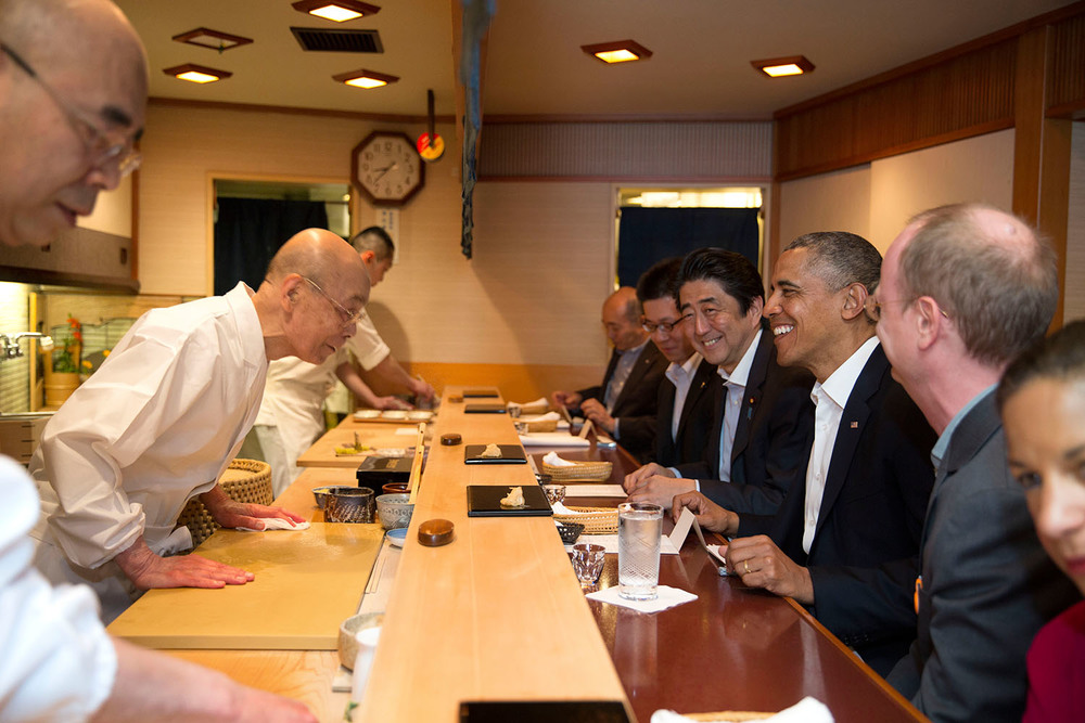 Jiro Ono serving his masterpiece to US President Barack Obama and Japanese PM Shinzō Abe. Photo courtesy : Pete Souza