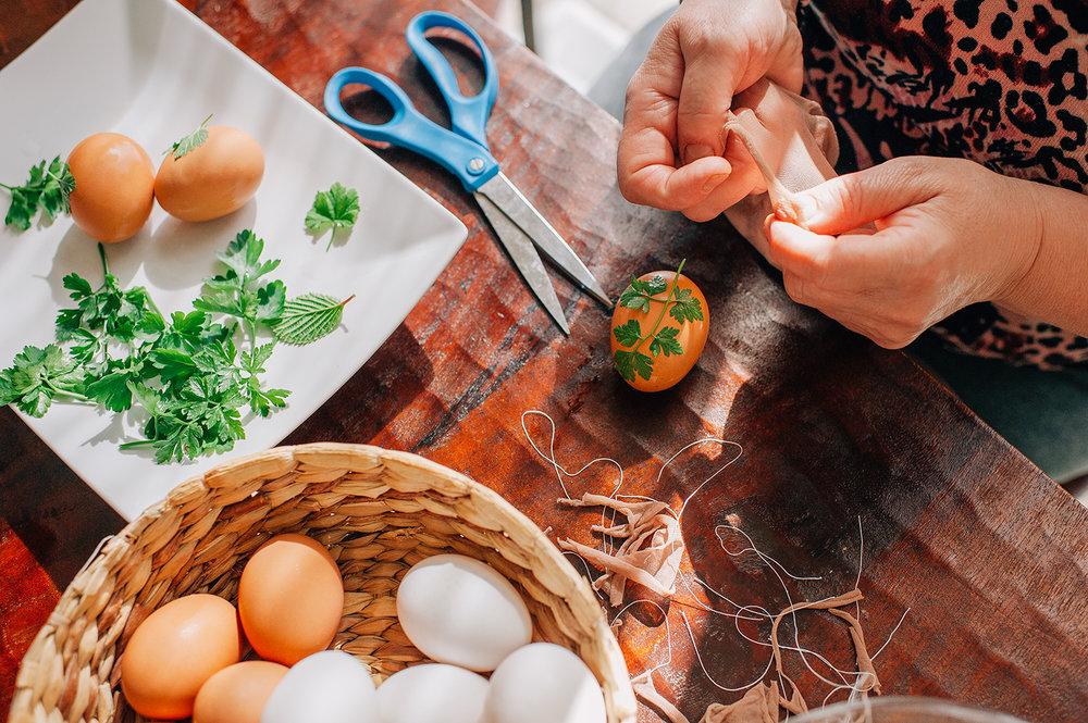 easter-eggs-organic-dye-onion-peels-elena-wilken19.jpg