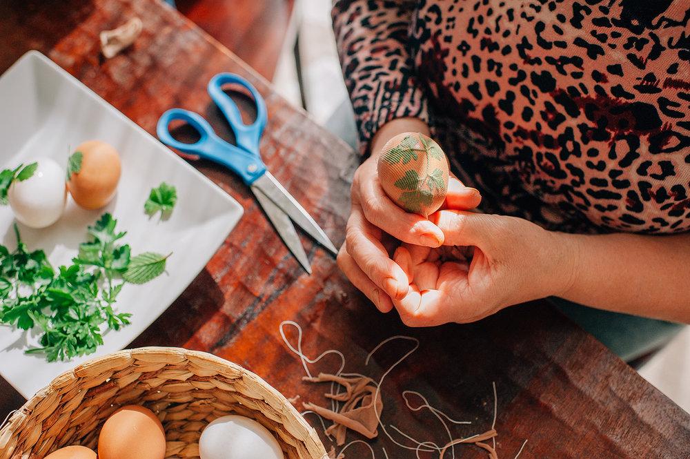 easter-eggs-organic-dye-onion-peels-elena-wilken22.jpg